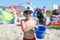 Ungen på stranden royaltyfri fotografi