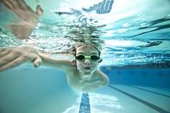 ungen sveper simning Royaltyfri Foto