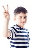 Ungen visar segertecknet Arkivfoto