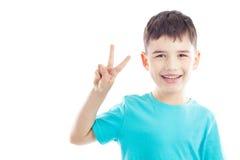 Ungen visar segertecknet Royaltyfri Foto