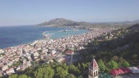 ungeordnete Vogelperspektive 4K von Zakynthos-Stadt von Bochali in Zante-Insel, in Griechenland - Klotz stock footage