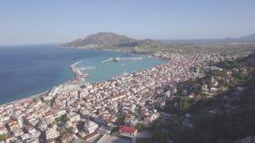 ungeordnete Vogelperspektive 4K von Zakynthos-Stadt von Bochali in Zante-Insel, in Griechenland - Klotz stock video footage