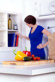 Ungepackte Lebensmittelgeschäfte und eine Frau an den Kochbüchern Stockfoto