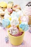 Ungeparti: marshmallowkakan poppar i gul hink Arkivbilder