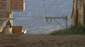 Ungepflasterte Straßenelendsviertelnachbarschaft, Medellin, Kolumbien - Latein-Amerika stock video