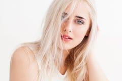 Ungepflegte Blondine ruhig und trustingly Blicke Lizenzfreie Stockbilder