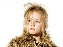 Ungepflegtes Vorschülermädchen mit dem langen Haar kleidete im Pelzmantel an Lizenzfreies Stockfoto