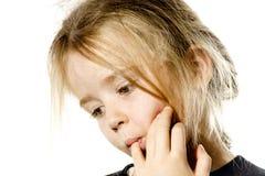 Ungepflegtes Vorschülermädchen mit dem langen Haardenken Lizenzfreies Stockbild