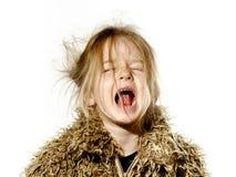 Ungepflegtes Vorschülermädchen mit dem langen Haarschreien Stockbild
