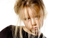 Ungepflegtes Vorschülermädchen mit langem Haarporträt Stockfotografie