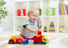Ungepojkelitet barn som hemma spelar Royaltyfria Foton