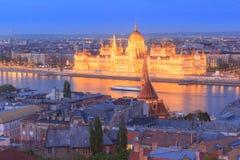 Ungern Budapest, Budapest parlamentbyggande som är upplyst på skymning Fotografering för Bildbyråer