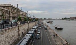 Ungern; Budapest; Maj 13, 2018; En sikt på det Corvinus universitetet av Budapest och flodbanken av Danubet River arkivbild
