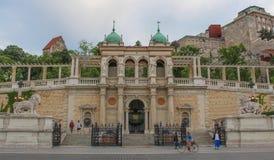 Ungern; Budapest; Maj 13, 2018; Ingången för slottträdgårdbasar royaltyfri fotografi