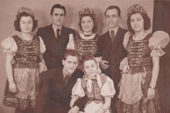 UNGERN CIRCA 1930 - BRÖLLOPFOTOET - UNGA PAR arkivbilder