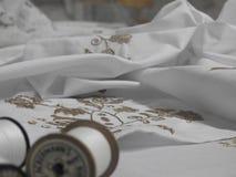Ungersk broderiteknik på den vita textilen fotografering för bildbyråer