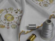 Ungersk broderiteknik på den vita textilen arkivbilder