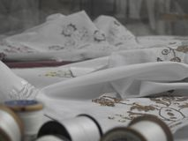 Ungersk broderiteknik på den vita textilen royaltyfri bild