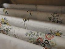 Ungersk broderiteknik på den vita textilen arkivfoton