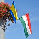 Ungersk flagga och blommor på en pol Royaltyfri Fotografi