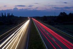 Ungersk huvudväg på ljus för nattvisningmedel, låg slutare arkivbild