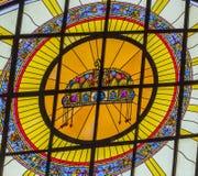 Ungersk kronamålat glassSt Stephens Cathedral Budapest Hungary Arkivfoto