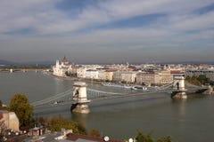Ungersk parlament från Buda Hill med den Chain bron Royaltyfria Foton