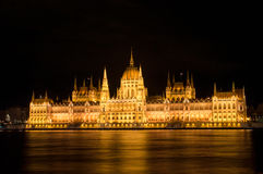 Ungersk parlament på natten i Budapest Arkivbilder