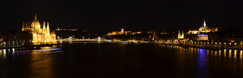 Ungerska gränsmärken av Budapest på natten Royaltyfria Foton