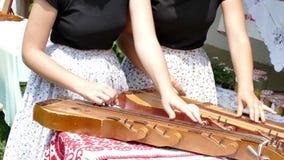 Ungerska sångareflickor i traditionella dräkter stock video