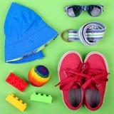 Unges gatadräkt och några leksaker på vit bakgrund Fotografering för Bildbyråer
