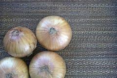Ungeschälte Zwiebeln mit Hintergrund Lizenzfreie Stockfotos