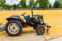 Ungeschälter Reis mit Traktor Stockbild
