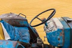 Ungeschälter Reis mit Traktor Stockbilder