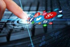 Ungeschütztes Entweichen von privaten Informationen über sozialen Netzwerken stockfotografie