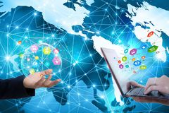 Ungeschütztes Entweichen von privaten Informationen über sozialen Netzwerken stockbilder