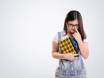 Ungeschicktes Mädchen, das seitlich auf Weiß schaut Stockfotografie
