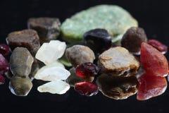 Ungeschnittene und rohe Edelsteinkristalle Lizenzfreies Stockfoto