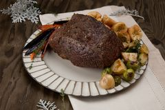 Ungeschnittenes Roastbeef mit Yorkshire-Puddings Lizenzfreie Stockfotos