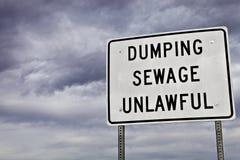 Ungesetzliches Abwasser, das Zeichen ausgibt Lizenzfreie Stockfotos