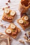 Ungesmörgåsar med den jordnötkräm och bananen Top beskådar Royaltyfria Bilder