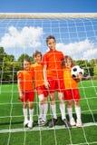 Ungeställning i överensstämmelse med fotboll bak träverk fotografering för bildbyråer