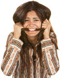 Ungestüme Frau, die ihr Haar beißt lizenzfreie stockfotografie