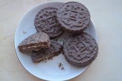 Ungesunde füllende Schokoladen-Plätzchen mit Sahne Lizenzfreies Stockfoto