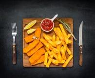 Ungesunde Fertigkost mit Pommes-Frites und Fischstäbchen Stockfoto