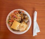 Ungesundes Lebensmittel, einfache Platte mit Kebab, Ei, Käse, Rindfleisch und Salat dienten an einem billigen Restaurant Lizenzfreie Stockfotografie
