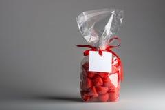 Ungesundes Luxusgeschenk von roten Süßigkeiten mit leerem Aufkleber Stockfoto