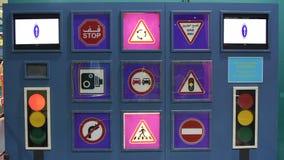 Ungeutbildning av trafikgatatecken som exponerar neonfärger som undervisar barn om vägregler och säkerhet lager videofilmer