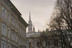 Ungewöhnliche Ansicht des Helms Matthias Catholic Churchs in Budapest stockbild