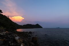 Ungewöhnliche ausländische Wolke - klarer Sonnenuntergang in Insel Ko Chang in Thailand, im April 2018 - Paradise schauen in Wirk lizenzfreie stockfotos